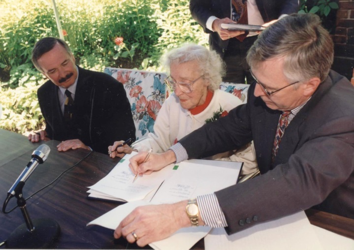 Mayor Wayne Thompson & Ruth at signing Image from Niagara Falls Museums